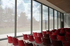 Des stores anti-chaleur M1 pour les grandes baies vitrées.